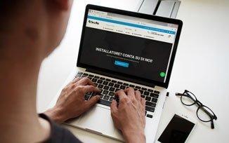 Una persona con un portatile naviga nell'homepage del nuovo sito securtop.com